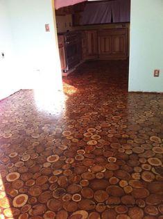 Die erste Sorge beim renovieren oder umbauen ist immer der Fußboden! Welche Lösung ist die beste? Ob günstiges Laminat aus dem Baumarkt, doch lieber Pflegeleichtes Linoleum oder Nadelfilz? Umhauen tut uns das alles nicht... Wartet ab, bis ihr die Idee von heute gesehen habt. Denn diese ist aus einem
