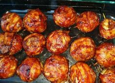 These BBQ Meatball Onion Bombs taste ridiculously good. Super Easy too! Ingredients 1 pound meatloaf mix (beef, pork, veal or use all beef if you prefer. Bbq Onion Meatball Bombs, Bombe Recipe, Polish Recipes, Clean Eating, Food Porn, Food And Drink, Cooking Recipes, Dishes, Ethnic Recipes