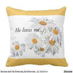 kussen met: he loves me, he loves me not  He loves me, he loves me not Voel je vlinders in je buik, maar weet je niet of hij hetzelfde voelt? Pluk de blaadjes van de margrietjes om het te weten   verliefd, in love, a cruch, cruch, love, liefde, first love, puppy love, eerste liefde, daisy, daisies, bloemen, bloem, margrietjes