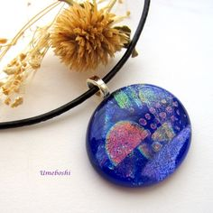 This beautiful, fully fused, dichroic glass cabochon pendant is mysterious and…