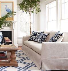 blog de decoração - Arquitrecos: Capas para sofá: Repaginar, conservar e reduzir o descarte Diy Sofa Cover, Couch Covers, Mattress Covers, Living Room Sofa, Home Living Room, Living Room Decor, Elegant Home Decor, Best Sofa, Home Hacks