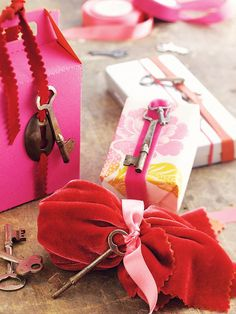Vintage Key Gift Wrapping Idea: Vintage finds can make fabulous wraps. Thread a pretty ribbon through vintage brass locks & keys. They don't have to be a matched set to make a statement. Creative Valentines Day Ideas, Diy Valentines Day Gifts For Him, Homemade Valentines, Valentine Day Love, Vintage Valentines, Valentine Day Cards, Wrapping Gift, Creative Gift Wrapping, Creative Gifts