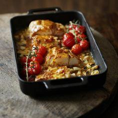 Recept som innehåller 1 msk röd currypasta, 3 msk Milda flytande margarin, salt, peppar, 4 torskfiléer, 1 lök, tärnad, 2 vitlöksklyftor, tärnade, 100 g färska champinjoner, skivade, 100 g körsbärstomater