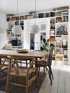 """Så længe jeg kan huske, har jeg ønsket mig en indbygget bogreol – men det er et projekt som bare aldrig er blevet til noget. Dels fordi der har været utallige andre projekter, som er ført ud i livet, men nok mest fordi jeg har pænt mange ting og møbler, så hvis vi skulle bygge en bogreol, som fylder en en at de største vægge i huset – ja så skulle jeg af med nogle møbler (som var gode til opbevaring), og så stod jeg med både et opbevaringsproblem og et """"jeg kan altså ikke nænne at komme af…"""