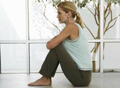 La fibromialgia es una enfermedad que genera dolor en las articulaciones, músculos, tendones y otros tejidos blandos del cuerpo. Se dice que entre el 3% y el 5 % de las personas padecen este mal y que el 80% de los afectados son mujeres. Estudios revelan que la práctica de yoga reduce el dolor producido por est