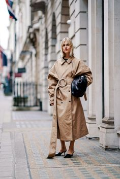 How to wear head-to-toe beige, one of biggest fashion trends, seen at Dior, Fendi and Burberry—but also touted by the street style set at Paris Fashion Week. Big Fashion, Cool Street Fashion, Paris Fashion, Fashion Design, Fashion Trends, Europe Fashion, Fashion Fall, Fashion Clothes, Womens Fashion