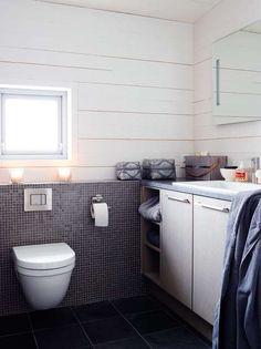 KOMFORT: Hytta har to bad, begge er malt i Sommersne fra Jotun. Innredningen er fra Sigdal. Deler av veggene på badene er kledd med en røff mosaikk fra Casamood.
