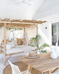 Source de l'image à la une: Pinterest Teak Furniture, Living Room Furniture, Living Room Decor, Outdoor Furniture, White Metal Chairs, White Dining Room Chairs, Outdoor Dining Chairs, Outdoor Rooms, Outdoor Daybed