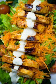 ¿Eres fan de las alitas de pollo picantes con aderezo ranch? Si te digo que esta ensalada sabe exactamente así pero por la mitad de calorías, ¿me creerías?