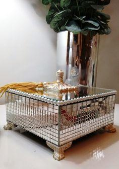Caixa decorativa, com base em MDF revestidas com espelho e pés e puxador envelhecidos. Podendo ser alocadas em vários ambientes, perfeitas para sala e quartos!