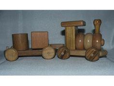 Bezbojno/Providno  Za uzrast: 2 – 4 godine  Drvena igračka vozić, napravljena po najstrožijim standardima EU sto se tiče bezbednosti o igračkama, bez metalnih delova, lakirana lakom na bazi vode. Igračka je ručni rad.