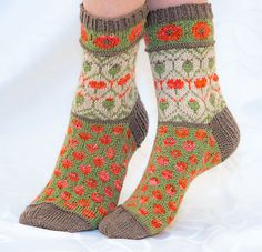 Valmuesokker – Poppy socks pattern by Cecilie Kaurin and Linn Bryhn Jacobsen Hand knit colorwork poppies sock pattern Knitting Charts, Lace Knitting, Knitting Socks, Knitting Patterns Free, Knit Socks, Crochet Woman, Knit Crochet, Warm Socks, Patterned Socks