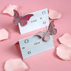 Perinteisen malliset paikkakortit, jotka on koristeltu leimatuilla perhosilla. Tarvikkeet ja ideat Sinellistä!