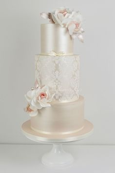 fe0a9d7a67 Champagner Damast Hochzeitstorte von Blossom Tree Cake Company, Harrogate,  North Yor .
