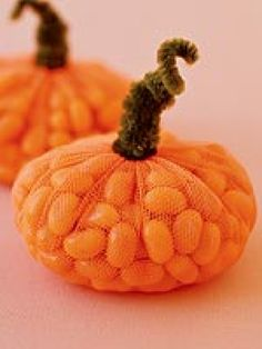 PUMPKIN JELLY BEAN TREAT These plump candy packages make perfect party treats. Just wrap everybody's favorite jelly beans in orange tulle, tie off with a green or brown pipe cleaner, and your little guests will have their own fall pumpkin full of treat. Holidays Halloween, Halloween Treats, Happy Halloween, Halloween Decorations, Halloween Horror, Halloween 2019, Halloween Baskets, Preschool Halloween, Day Of Dead