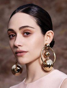 👨🏼 Coque elegante com grandes brincos de ouro - / 👨🏼 Sleek bun with large… Colar Fashion, Fashion Necklace, Fashion Jewelry, Fashion Goth, Fashion Bracelets, Jewelry Bracelets, Women's Fashion, Young Fashion, Jewelry Holder