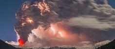 """O fotógrafo chileno Francisco Negroni registrou imagens impressionantes do vulcão Puyehue-Cordón Caulle, no sul do Chile, em erupção. Apesar de assustador, é um belo espetáculo de luzes produzido por lava, fumaça e relâmpagos. A erupção, que ocorreu em junho de 2011, provocou um caos aéreo na América do Sul e as nuvens de cinzas se...<br /><a class=""""more-link""""…"""