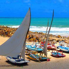 Formada por duas baías, a Praia de Areia Preta, em Natal (RN), está colada ao…