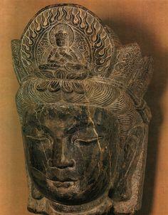 Bodhisatva uit de Ming periode Een Bodhistatva was een vrome, die de op een na hoogste trap van Boeddhistische heiligheid had bereikt en uit liefde voor de mensheid afstand had gedaan van het Nirvana (volledige verlossing) om het aardse lot van de mens te delen. China Art, Was, Nirvana, Buddha, Statue, Period, Kunst, Sculptures, Sculpture
