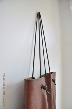 // Between the lines //: Simple leather bag tutorial Leather Bag Tutorial, Leather Bag Pattern, Recycled Leather, Leather Craft, Sewing Leather, Handmade Leather, Leather Purses, Leather Handbags, Leather Totes