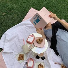 Picnic Date, Summer Picnic, Picnic Pictures, Types Of Aesthetics, Aesthetic Rooms, Way Of Life, Nom Nom, Summertime, Picnics