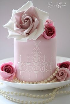 I just love the way these mini cakes look, very chic & elegant. Perfect for any occasion!