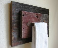 Reclaimed Barn Wood and Vintage Salvaged Door Handle Towel Holder. I could totally make these! They would look amazing in my bathroom. Reclaimed Barn Wood, Old Wood, Barn Wood Projects, Diy Projects, Ideas Baños, Primitive Bathrooms, Wood Pallets, Rustic Decor, Country Decor
