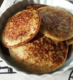 Delicious banana pancakes Enough for 4 people 3 bananas Juice from 1 orange 2 eggs 1 cup oatmeal ½ cup of buttermilk 1 ts vanilla powder 1 ts baking soda 1 pinch of salt All ingredients are blended… Baby Food Recipes, Great Recipes, Cake Candy, Banana Pancakes, Oatmeal Pancakes, English Food, Food Inspiration, Love Food, Healthy Snacks