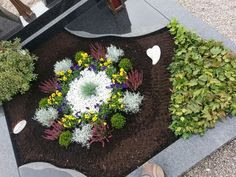 grabbepflanzung herbst Garden furniture ideas on modern home exterior design In this article we will show you some modern home exterior design ideas with garden sofa tips. Winter Plants, Winter Garden, Garden Sofa, Garden Furniture, Furniture Ideas, Flower Centerpieces, Flower Arrangements, Vintage Crates, Cemetery Decorations