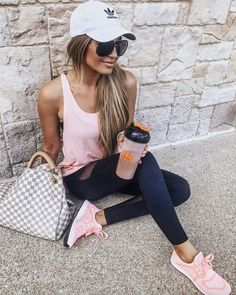 11 Surprisingly Cut 11 Surprisingly Cute Sporty Outfits To Try: All athleisure lovers ahoy! Check out these sporty chic outfits casual outfits and stylish gym outfits to get inspired for the new season. Sporty Chic Outfits, Outfit Chic, Sporty Look, Sporty Style, Sport Outfits, Casual Outfits, Cute Outfits, Black Outfits, Casual Athletic Outfits