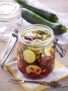 Unser beliebtes Rezept für Eingelegte Zucchini und mehr als 55.000 weitere kostenlose Rezepte auf http://LECKER.de.