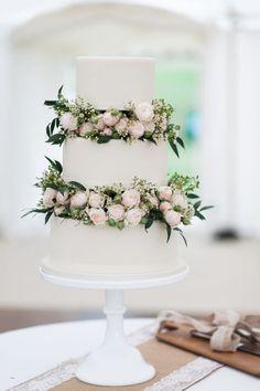 gateau de mariage blanc et fleurs
