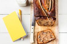 Il se dévore du petit déjeuner au goûter. Ce cake moelleux à la banane et aux noix de pécan est aussi simple à faire qu'un gâteau au yaourt, en plus savoureux.Cake moelleux à la banane et aux noix de …