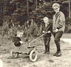 Wir schreiben das Jahr 1967 - Unser Onkel, der Ingenieur Heinz Höfelmann konstruiert für seine beiden Söhne Kurti und Jörg eine kleine Kutsche aus Stahl und Holz – die Version 0.0 des heutigen Crossbuggies ist geboren.