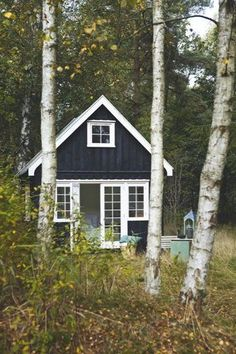 A shack in Denmark Pauline received as a gift the house of her grandmother, the day of her birthday and kept it full of memories of her ancestress. Cabins And Cottages, Log Cabins, White Cottage, Black Exterior, Cabins In The Woods, Little Houses, Log Homes, Black House, Tiny House