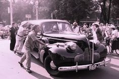 "Buick  Source: FB Group Indonesia Tempo Doeloe (ITD) https://www.facebook.com/groups/121312907896317/  Mobil Presiden BUICK REP 1.  SUKARNO memerintahkan Mangil Martowidjojo, komandan pengawal presiden, untuk meminta nomor plat mobil kepada kepolisian Yogyakarta. Mangil kemudian menghadap Kepala Polisi Lalu Lintas, Soenarjo, untuk meneruskan permintaan presiden, supaya mobil Buick yang dibawa dari Jakarta diberi nomor polisi huruf REP 1.  ""Akan tetapi, permintaan presiden ini tidak dapat…"