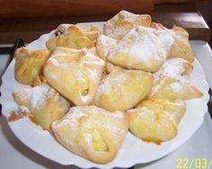 Křehké tvarohové šátečky 10 dkg tvarohu 10 dkg tuku 10 dkg hladké mouky 1 vejce na potření 5-6 jablek (i horší kvality) cukr (na posypání)