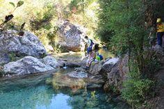 Excursión para hacer con niños por el río Tosques en Capafonts, entre cascadas y pozas donde bañarse, hasta el bosque de hadas de la Font de la Llúdriga.