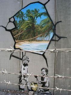 """Banksy in het Palestina In 2005 besloot Banksy om af te reizen naar de Westelijke Jordaanoever. Daar heeft hij negen stukken gemaakt die de behandeling van het Palestijnse volk bekritiseren. De muur maakt van Palestina """"de grootste open gevangenis van de wereld"""" volgens Banksy."""