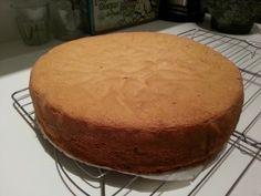 Dit is mijn recept voor een goede basistaart. Je kunt hem vullen zoals bijvoorbeeld een Sneeuwster en zo serveren òf je gebruikt hem als basis voor gedecoreerde taarten, als bodem of tussenlaag in gebak. Je kunt het biscuitbeslag ook op smaak brengen met bv cacao, speculaaskruiden, citroen of andere smaakmakers. … Cookie Desserts, No Bake Desserts, Dessert Recipes, Keks Dessert, Cake Recept, Bake My Cake, Baking Bad, Biscuits, Baking Basics
