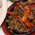 Las fajitas de carne son un rico platillo para una cena o comida. La receta de fajitas de carne está compuesta de carne arrachera, pimientos, jitomates y especies.