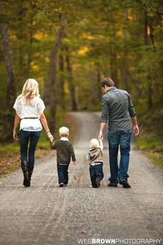 Love this photo, pic from behind while walking and holding hands. dark jeans + different shirts (what to wear for family photoshoot Cute Family Photos, Outdoor Family Photos, Family Picture Poses, Fall Family Pictures, Family Picture Outfits, Family Photo Sessions, Country Family Photos, Family Photos What To Wear, Country Family Photography