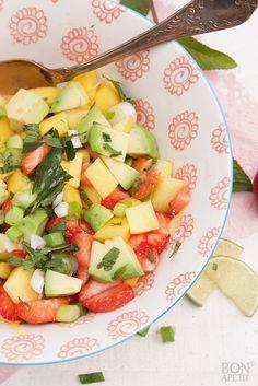 Zomerse salsa met aardbeien en avocado is een frisse combinatie van fruit en groente. Smaakt heerlijk bij tortillachips of taco's. Lees verder op BonApetit!