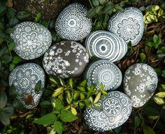 piedras-pintadas-mandalas-blancos