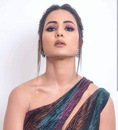 Hina Khan Looks Hottie At Indian Telly Awards Wins Best Female Actor Negative Role - HungryBoo Indian Tv Actress, Indian Actresses, Beautiful Bollywood Actress, Beautiful Indian Actress, Beauty Supply Near Me, Teal Eyes, Heena Khan, Bollywood Designer Sarees, Belle Beauty And The Beast