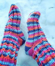 Arkimamman Arkiralli: Kukkajoustinta sukassa Knit Crochet, Socks, Knitting, Crocheting, Fashion, Crochet, Moda, Tricot, Fashion Styles