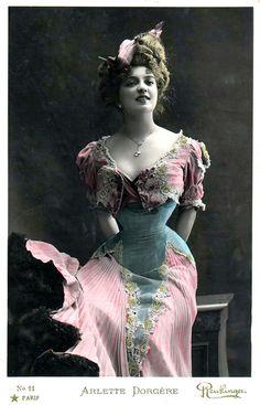 Arlette Dorgère fue una actriz francesa cuya biografía está escasamente documentada. Se conoce que a la edad de 19 años ya comenzó a actuar y su más temprana referencia de trabajo en la escena fue en 1903, en París en el Teatro de Variedades, en la opereta de Claude Terrasse, 'Le Sire de Vergy'.