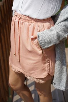Pantalon short Orfeo Paris - Short en color salmon con detalle de encaje