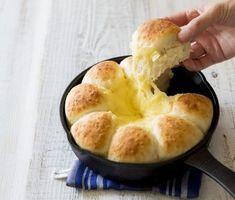 今、SNSで「魔法のパン」が話題です。投稿しているのは、元ベーカリーカフェの店長で、2016年には「レシピブログアワード ママの料理部門」でグランプリを受賞した、ブロガーのゆーママさん。「魔法のパン」とは、電子レンジを使って生地の発酵を促進させることにより、通常3時間ほどかかる工程を30分にまで縮めたパンのこと