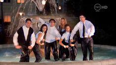 Friends: Seis jovens, por conta própria e lutando para sobreviver no mundo real, encontrar a companhia, conforto e apoio que recebem de si para ser o antídoto perfeito para as pressões da vida